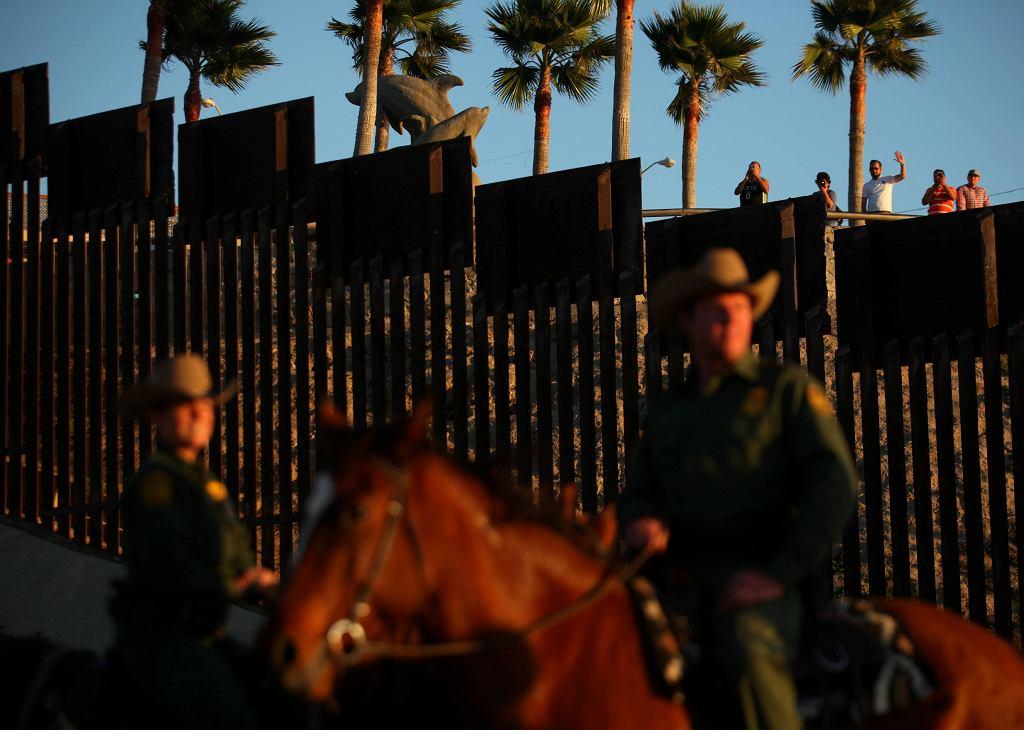 Więźniowie szkolą mustangi, które w konnych patrolach strzegą granicy USA