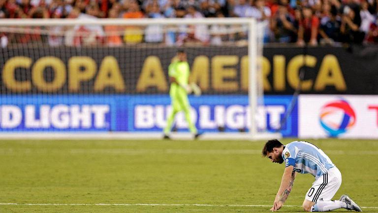 Po przegranym finale Copa America, gwiazdor FC Barcelona <b>Lionel Messi</b> ogłosił zakończenie reprezentacyjnej kariery. - Drużyna narodowa to dla mnie skończone. Tego chciałem najbardziej, ale nie udało mi się... Więc myślę, że to koniec - mówił smutny lider drużyny