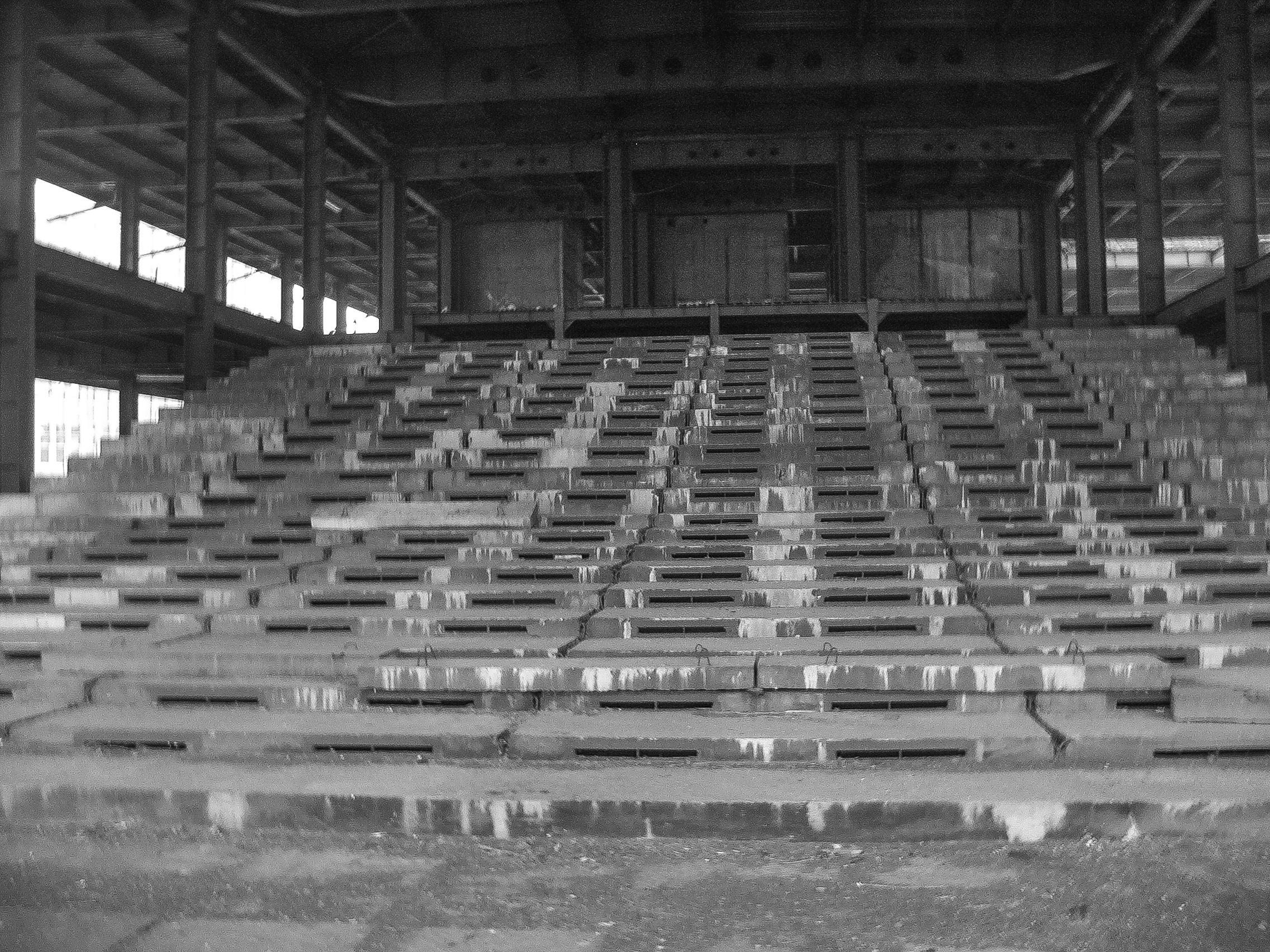 Schody u podnóża budynku (fot. Damian Dziura)