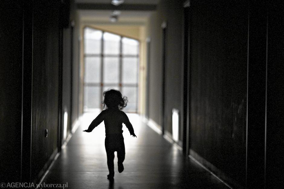 Nastoletnim matkom w placówkach resocjalizacyjnych zgodnie z prawem państwo odbiera dzieci