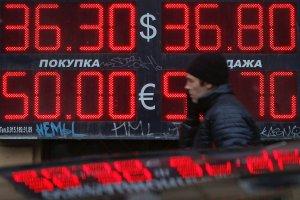 Bank centralny Rosji sprzedaje 10 mld dolar�w, by broni� rubla
