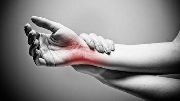 Kujący ból w dłoni lub stopie promieniujący na całe ciało to najczęstsze objawy tej rzadkiej i wyjątkowo trudnej w diagnozie choroby