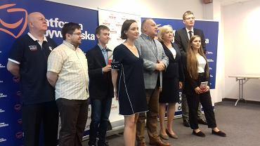 Działacze wrocławskiej PO, na pierwszym planie: Joanna Augustynowska, wrocławska posłanka PO, Jarosław Duda, senator i przewodniczący wrocławskiej PO oraz Aldona Młyńczak, posłanka PO