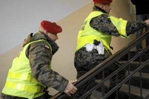 Oficer z Centrum Kontrwywiadu NATO wezwany do MON. Zamkni�to go w pokoju, pod stra�� �W