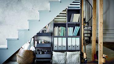 Na różności. Jeśli schody znajdują się wniezbyt eksponowanym miejscu, możesz pod nimi ukryć mniej atrakcyjne rzeczy. Jednak nawet wtedy warto zadbać o porządek - przydadzą się do tego segregatory, kosze ipomocniki na kółkach.