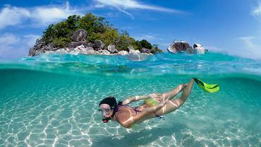 Tajlandia. U wybrzeży wysp tajskich znajduje się mnóstwo plaż z krystalicznie czystą wodą (np. Koh Phi Phi Don). Tajlandia leży na Półwyspie Indochińskim w południowo-wschodniej Azji. Największą wyspą należącą do tego kraju jest Phuket na Morzu Andamańskim.