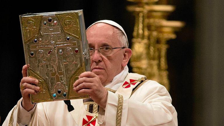 Papież z Biblią podczas mszy Wigilii Paschalnej w Bazylice św. Piotra w Watykanie