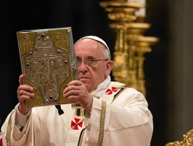 Papie� z Bibli� podczas mszy Wigilii Paschalnej w Bazylice �w. Piotra w Watykanie