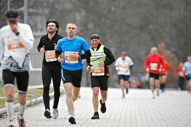 Biegacze pod koniec trasy ��d� Maratonu Dbam o Zdrowie