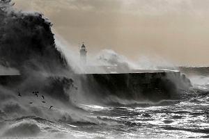 """Huragan """"Ksawery"""" si� zbli�a. Najwi�ksze od 30 lat fale na Morzu P�nocnym. Wiatr do 170 km/h"""