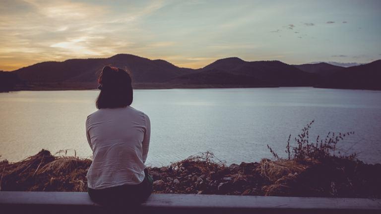 Depresja dwubiegunowa to choroba objawiająca się przede wszystkim zmiennymi stanami nastroju: depresyjnymi naprzemiennie z epizodami maniakalnymi oraz hipomaniakalnymi