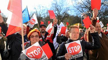 """Manifestacja KOD-u pod hasłem: """"Stop łamaniu prawa"""". Gdańsk, 14.04.2016"""