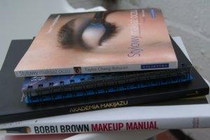 Przeczytaj, zanim co� zmalujesz - podr�czniki do makija�u