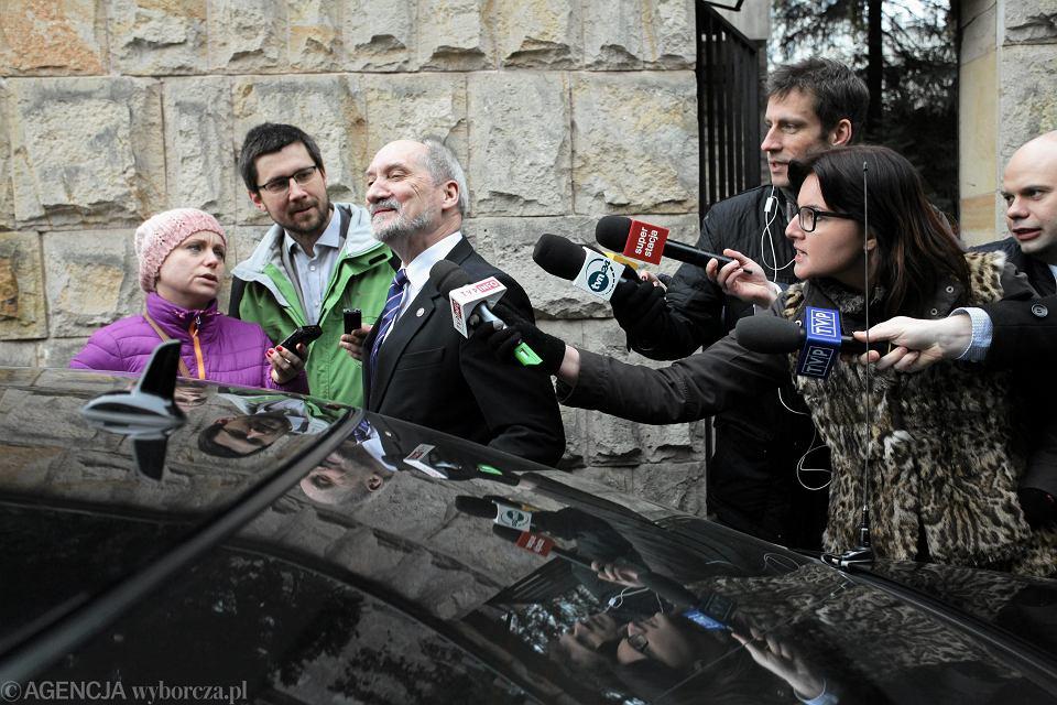 Minister obrony w rządzie PiS Antoni Macierewicz wychodzi z pierwszego, zamkniętego posiedzenia nowo powołanej podkomisji rządowej ds. zbadania katastrofy smoleńskiej. Warszawa, willa MON przy ul. Klonowej 1, 7 marca 2016