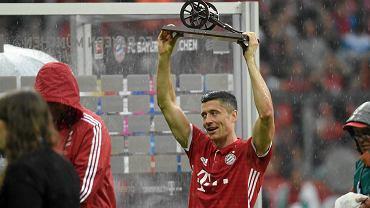 Trwa feta Bayernu Monachium. W sobotę po meczu ostatniej kolejki piłkarze oblewali się piwem. W niedzielę kontynuowali zabawę w towarzystwie piłkarek Bayermu i fanów. To zdjęcie z soboty, Robert Lewandowski z armatą dla króla strzelców Bundesligi