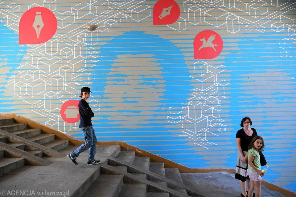Nowy mural na muranowie ju ods oni ty sze kobiet for Mural ursynow