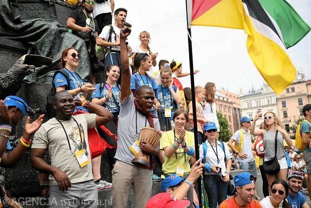 Pielgrzymi bawią się pod pomnikiem Mickiewicza na krakowskim Rynku Głównym przed rozpoczęciem Światowych Dni Młodzieży, 26.07.2016 r.