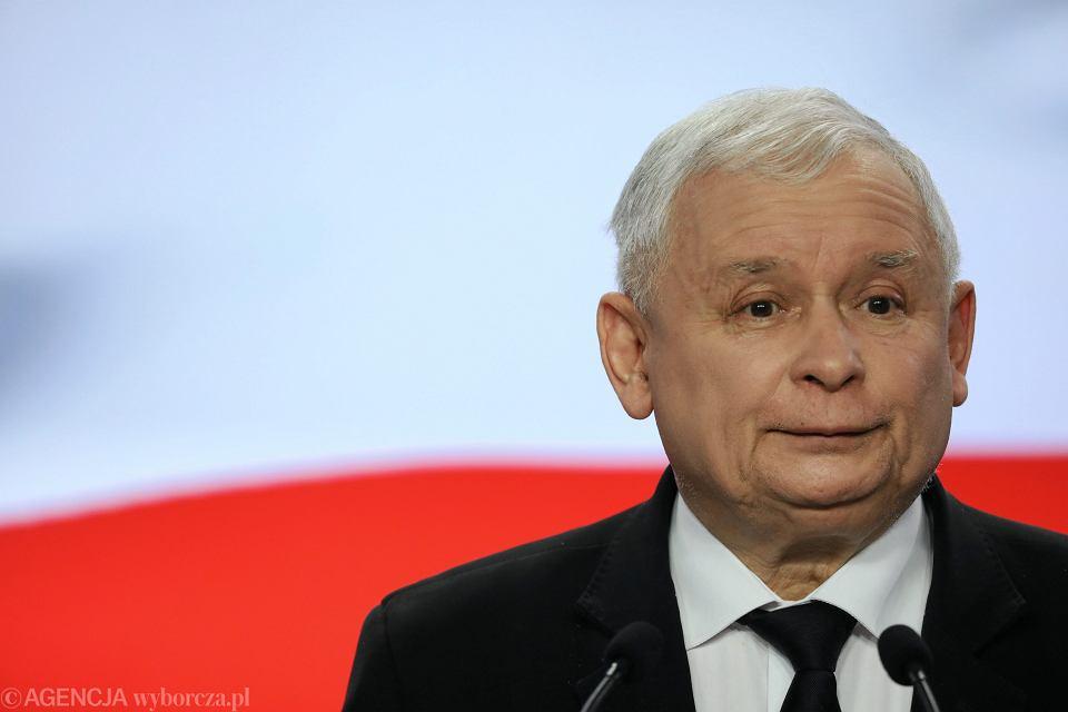 Prezes partii rządzącej Jarosław Kaczyński podczas konferencji w kwaterze głównej PiS. Warszawa, ul. Nowogrodzka, 5 kwietnia 2018