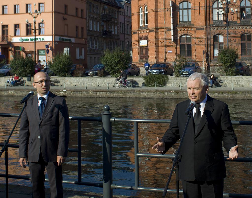 Krzysztof Łapiński (z lewej) obok prezesa PiS Jarosława Kaczyńskiego