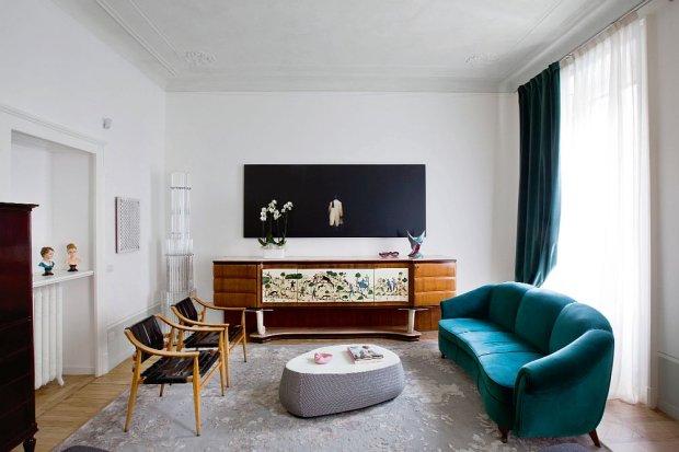 W salonie mediolańskiej architektki panuje beztroski duch czasów sprzed I wojny światowej. Para starych hiszpańskich krzeseł, sofa vintage, puf Fjord Patricii Urquioli (Moroso). Na ścianie zdjęcie Davide Coltro; w rogu szklana lampa z wyprzedaży hotelu z lat 50.