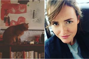 Olga Frycz na Instagramie zamieszcza sporo zdj�� wykonanych w swoim mieszkaniu. Na pewno nie mo�na powiedzie� o niej, �e jest fank� mebli z popularnej szwedzkiej sieci�wki ani wielbicielk� ultra nowoczesnego designe'u, w kt�rym tak lubuje si� wi�kszo�� gwiazd. W jej mieszkaniu znajdziecie za to stare, ale maj�ce dusz� meble i ciekawe dodatki. Na pierwszy rzut oka ma si� wra�enie, �e nic tu do siebie nie pasuje, ale gdy patrzy si� na ca�o��, okazuje si�, �e ka�dy mebel i ka�dy bibelot ma swoje miejsce. Efekt? Jak�e r�ny (i bardziej interesuj�cy!) od sterylnych i nieco bezdusznych mieszka� w ka�dym szczeg�le zaprojektowanych przez stylist�w wn�trz. Zobaczcie.