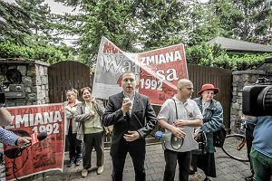 """Pod domem Wałęsy jedni krzyczeli """"hańba"""", inni rozdawali tort"""