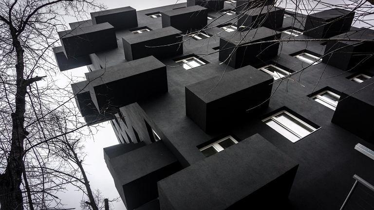 Unikalny, czarny budynek w śródmieściu Katowic