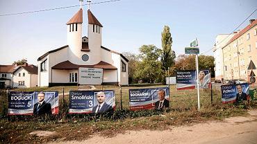 Plakaty PiS na płocie kościoła pw. św. Krzysztofa na Żelechowej