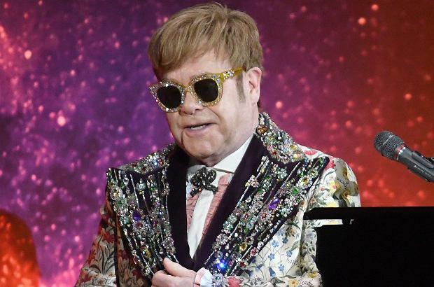 Podczas jednego z koncertów Eltona Johna fani otoczyli fortepian, przy którym grał muzyk. To zachowanie widowni najwyraźniej tak wkurzyło artystę, że uciekł ze sceny.