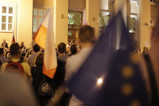 Zdjęcie numer 5 w galerii - Tłumy przed Sądem Okręgowym w Łodzi. Protest przeciwko zmianom PiS w sądownictwie [ZDJĘCIA]