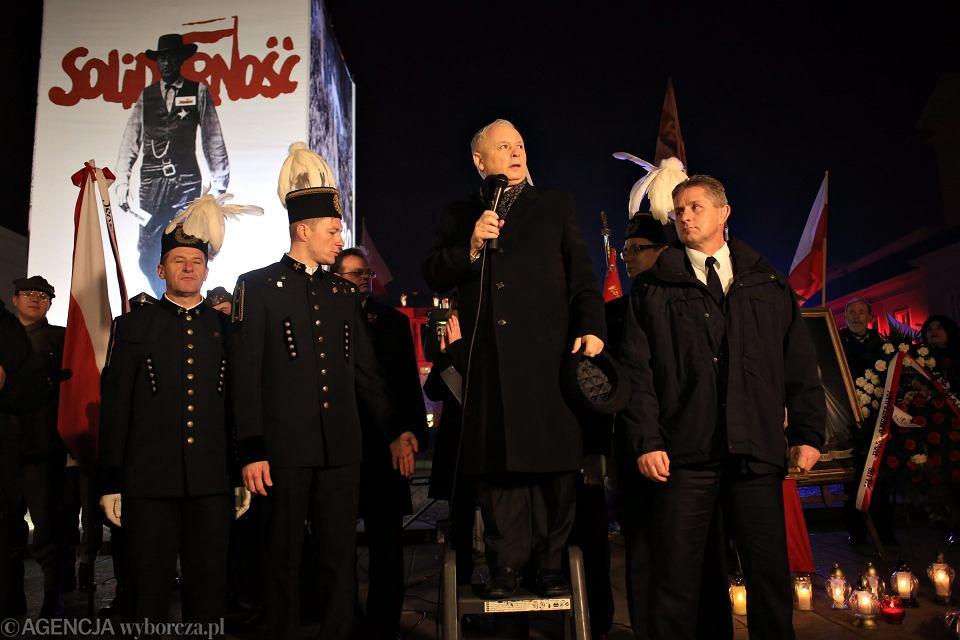 Prezes PiS Jarosław Kaczyński na drabince. Przemawia podczas obchodów miesięcznicy smoleńskiej. Warszawa, 10 listopada 2014