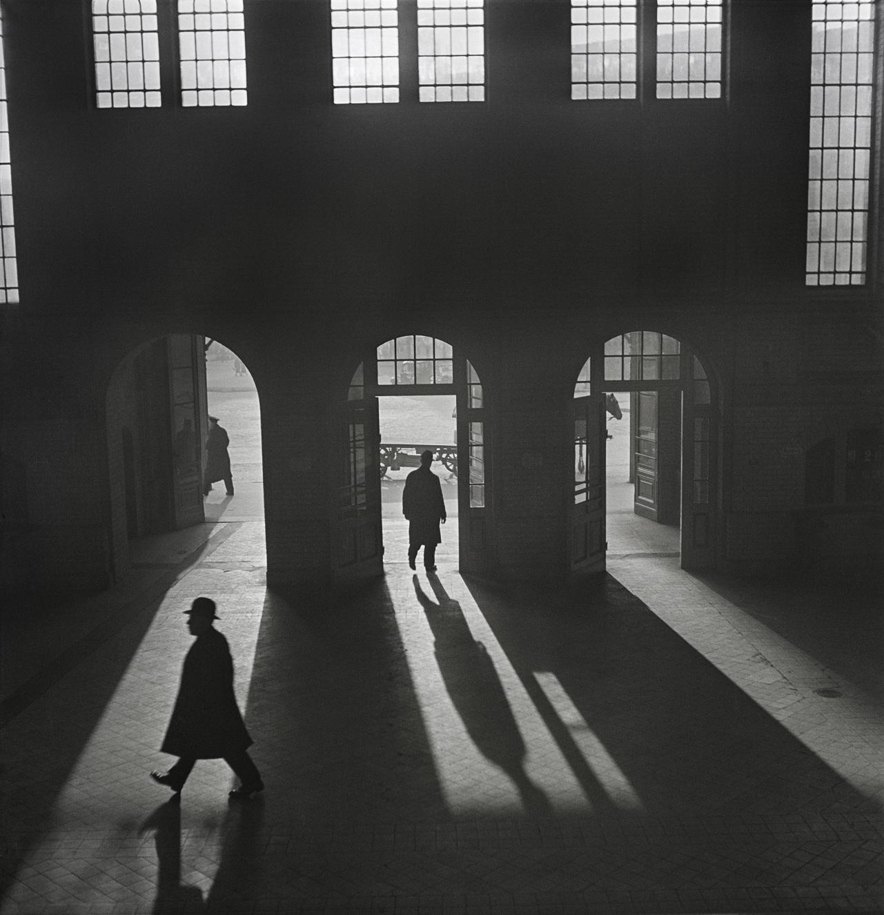 Wnętrze dworca kolejowego Anhalter Bahnhof w pobliżu Potsdamer Platz w Berlinie, przełom lat 20. i 30. XX wieku (fot.    Mara Vishniac Kohn, dzięki uprzejmości  International Center of Photography)