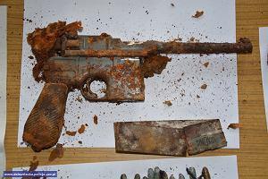 Nietypowe znalezisko. Wykopał w ogrodzie skrzynię, w środku znalazł broń i niemieckie dokumenty