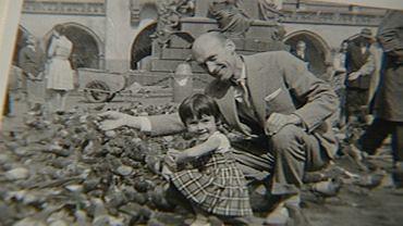 Jerzy Strawa (1915-68) z córką pod pomnikiem Mickiewicza na Rynku w Krakowie. W 2018 r. mieszkająca w Niemczech córka szukała grobu ojca m.in. za pośrednictwem Bazy Genetycznej Ofiar Totalitaryzmów działającej przy Uniwersytecie Medycznym w Szczecinie