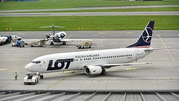 Samolot linii LOT na płycie lotniska