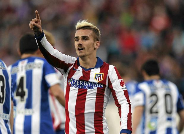 Antoine Griezmann from France points during a Spanish La Liga soccer match between Atletico de Madrid and Real Sociedad at the Vicente Calderon stadium in Madrid, Spain, Tuesday, April 7, 2015. (AP Photo/Daniel Ochoa de Olza) SLOWA KLUCZOWE: XLALIGAX