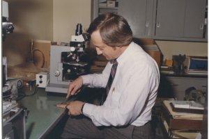"""Życie jak film. Richard Grzybowski pracował w prawdziwym CSI. W jego laboratorium Clint Eastwood kręcił """"Siłę Magnum"""" [FRAGMENTY KSIĄŻKI]"""