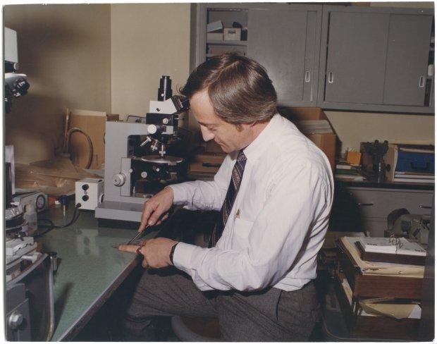 """�ycie jak film. Richard Grzybowski pracowa� w prawdziwym CSI. W jego laboratorium Clint Eastwood kr�ci� """"Si�� Magnum"""" [FRAGMENTY KSI��KI]"""