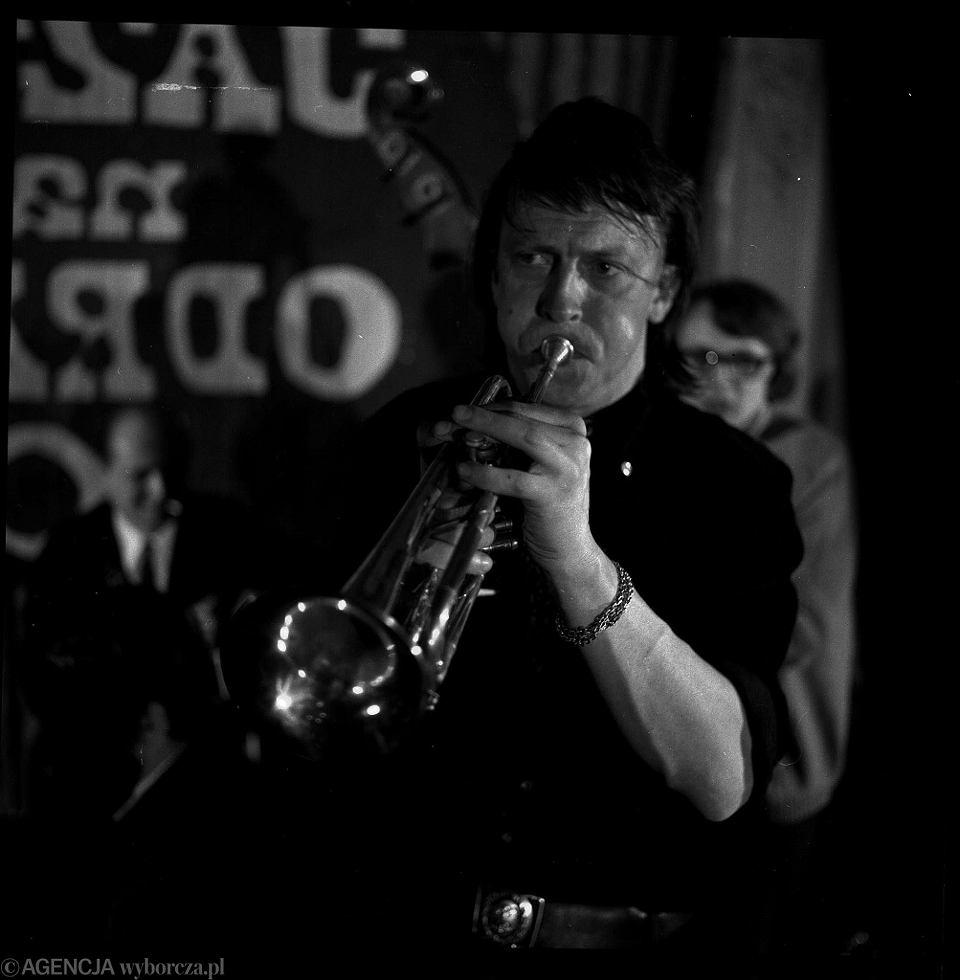 Marek Karewicz jako trębacz na festiwalu Jazz nad Odrą '66 we Wrocławiu w obiektywie innego wybitnego fotografa