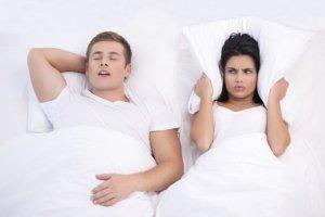 """Chrapanie - objaw """"smacznego snu""""? Można to wyleczyć?"""