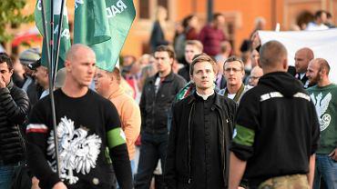 """Ksiądz Międlar podczas """"Marszu w obronie chrześcijańskiej Europy"""" w 2015 r."""