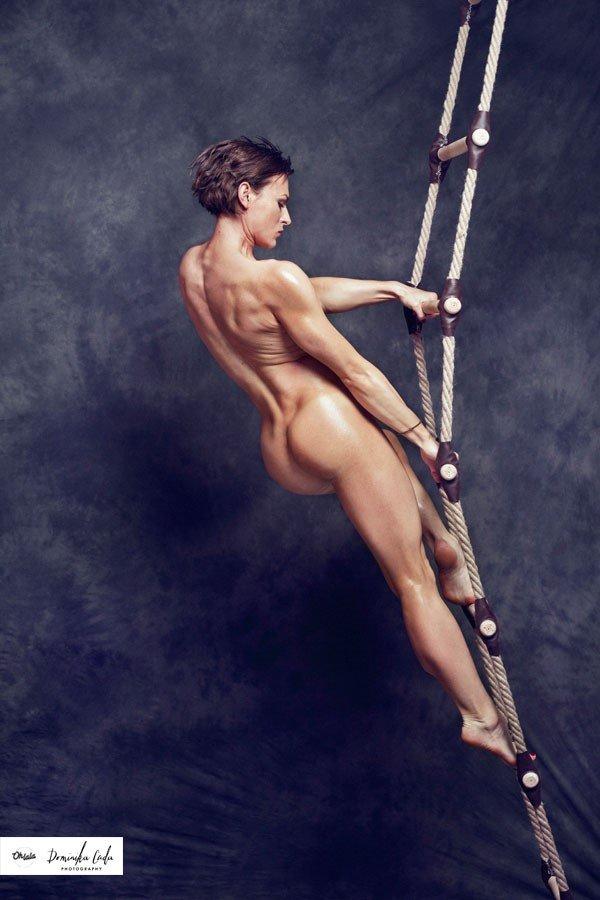 Zdjęcie numer 2 w galerii - Rozebrane atletki. Naga fotografia sportowa Dominiki Cuda