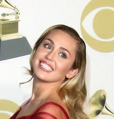 Zdjęcie numer 3 w galerii - Miley Cyrus była królową kiczu i skandali. Na Grammy zaskoczyła wszystkich nowym wyglądem. Co za przemiana!