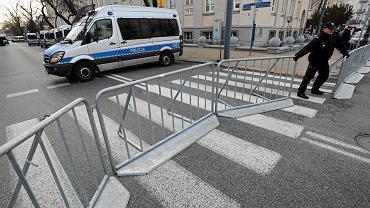 Policjanci ustawiają barierki. Wojewoda zamknął ulice przy ambasadzie Izraela dla ruchu kołowego i pieszego przed spodziewaną demonstracją ONR i MW pod hasłem 'Stop Antypolonizmowi'. Prawicowcy ostatecznie odwołali pikietą. Warszawa, 31 stycznia 2018