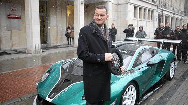 30.11.2016, Warszawa, wicepremier i minister rozwoju Mateusz Morawiecki podczas prezentacji polskiego samochodu wyścigowego Arrinera Hussarya.