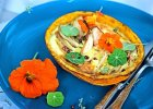 Dyniowe tartaletki z w�dzonym �ososiem, gruszk� i nasturcj�