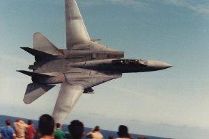 Osza�amiaj�co niski przelot F-14. Opublikowano zdj�cie wyczynu sprzed �wier�wiecza