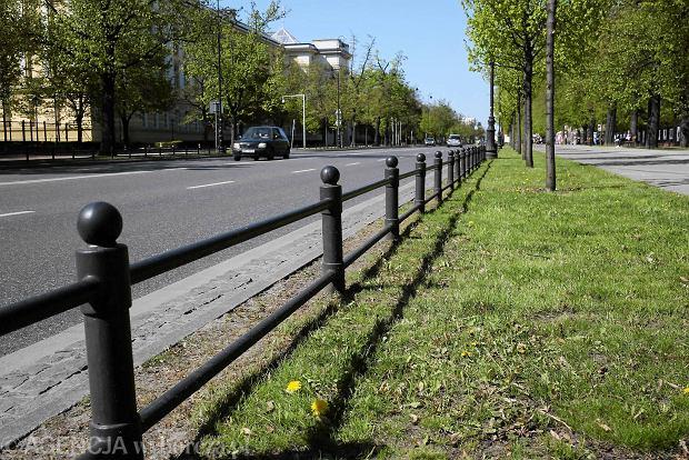 Parkingi w Warszawie to rzadkość. Żeby kierowcy nie rozjeżdżali trawników stawia się płotki i słupki