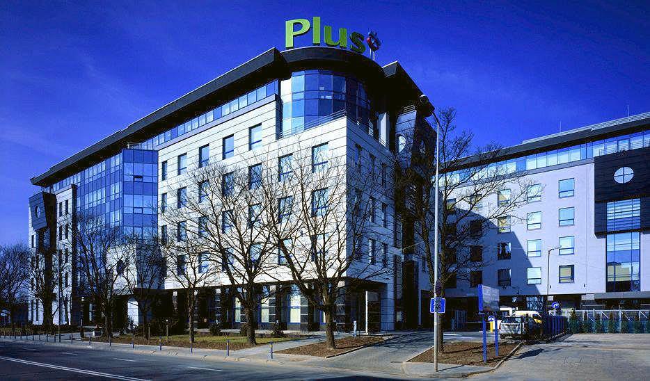 Siedziba Plusa przy ul. Postępu 3 została kupiona przez Prokuraturę Krajową. Na tyłach tego budynku powstanie osiedle mieszkaniowe. Biur na Służewcu dziś nikt nie chce budować.