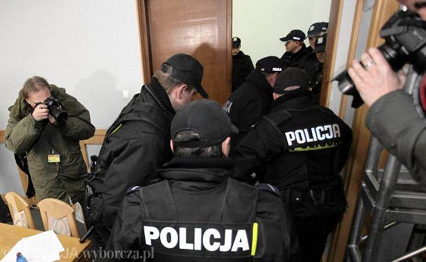 Fotoreporter PAP Tomasz Gzell dokumentuje akcje policjantów w okupowanej siedzibie PKW (21.11.2014)